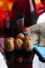 Vino rosso,fette di gorgonzola e noci