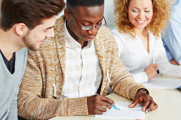 Studenten helfen sich beim Lernen in der Uni