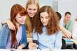 Frauen schauen auf Smartphone in der Uni