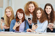 Junge attraktive Frauen mit Smartphones