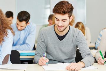 Mann beim Einstellungstest im Assessment Center