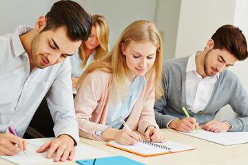 Gruppe lernt im Seminar einer Universität