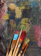 pinsel mit farbe auf gemaltem hintergrund