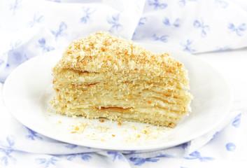 кусок торта наполеон на тарелке