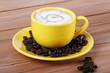 Tazza rossa con caffè e latte