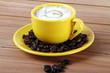 Tazza gialla con caffè macchiato