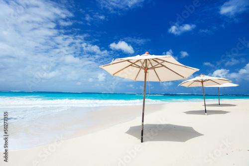 Parasole na tropikalnej plaży