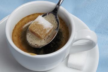 Espresso - Würfelzucker taucht ein - close up
