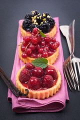 Kleine Kuchen mit Beeren