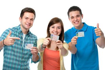 Jugendliche zeigen ihre Führerscheine