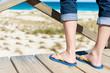 frau steht auf holzsteg am strand