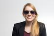 Junge Frau mit Sonnenbrille lächelt