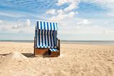 Fototapety Strandkorb mit kleinem Sandhügel