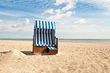 Strandkorb mit kleinem Sandhügel
