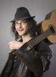 Junger mann mit Hut und Gitarre