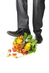 Mann zertritt Blumenstrauss