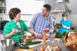 Allein-erziehender Vater mit den Kindern in der Küche