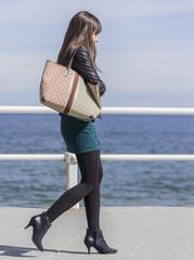 Chica con minifalda y bolso