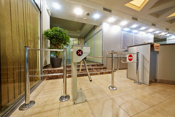 Entrance equipped with tripod-turnstile