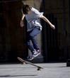 Chico practicando skateboard - 50309368