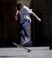 Chico practicando skateboard