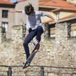 Chico practicando skateboard - 50309962