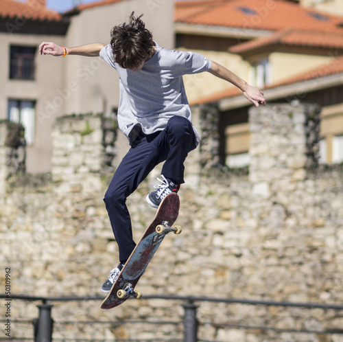 Leinwandbild Motiv Chico practicando skateboard