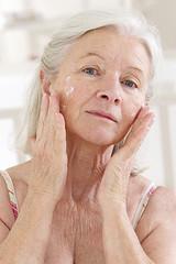 Femme senior  - Soin visage