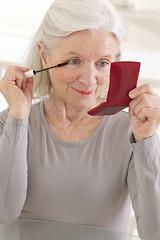 Maquillage d'une femme senior