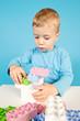Kind mit Bauklötzen