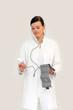Ärztin ist mit Blutdruckwert nicht zufrieden