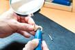 Akustiker arbeitet an einem Hörgerät