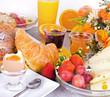 canvas print picture - Gesundes, leckeres, vielfältiges Frühstück mit Obst