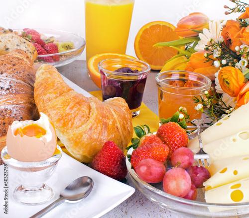 canvas print picture Gesundes, leckeres, vielfältiges Frühstück mit Obst