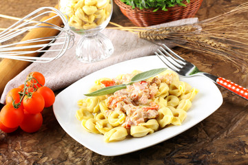 Tortellini with tomato, ham and cream
