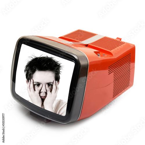 bambino spaventato in televisione vintage