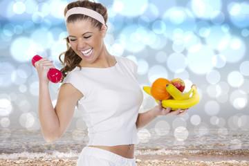 Lachende junge Frau mit Früchten trainiert begeistert am Meer