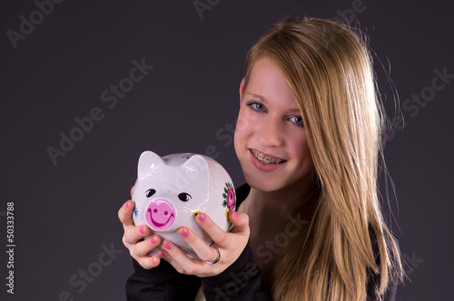 Teenagerin hält ihr Erspartes fest