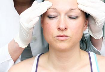 Frau bei Voruntersuchung für Schönheits-OP