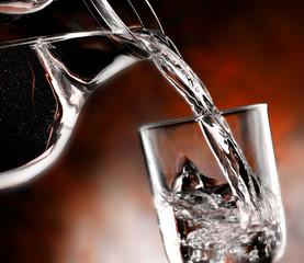 caraffa e bicchiere d'acqua