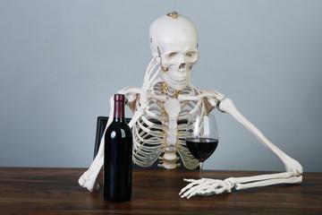 Skelett mit Rotwein