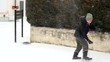 garçon jouant à dans la neige