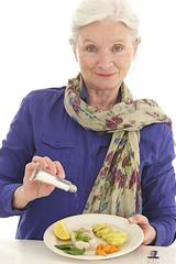 Femme senior - Rajout de sel