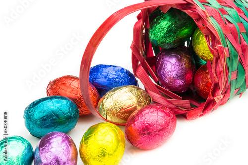 Korb mit bunten Eiern