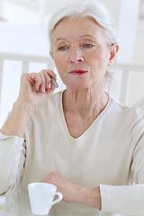 Femme inhalant la vapeur - Cigarette électronique