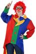 Junge Frau in Clown-Kostüm zeigt