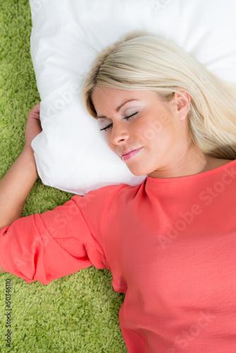 schläfrige junge frau