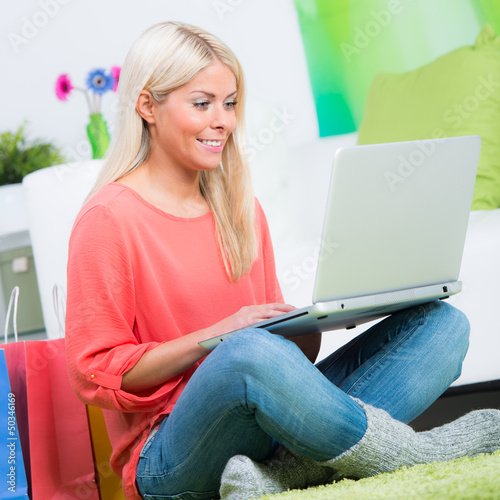 blonde frau auf shoppintour in internet