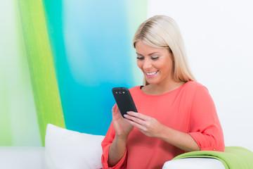 junge frau spielt auf ihrem smartphone