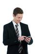 junger kaufmann tippt auf smartphone